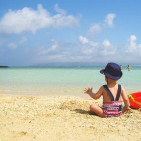 海水浴をしている子供