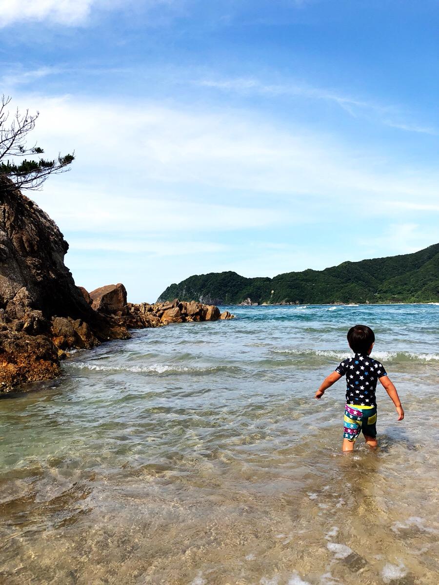 子供が海水浴